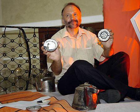 Андрей Курков демонстрирует свое фарфоровое хобби