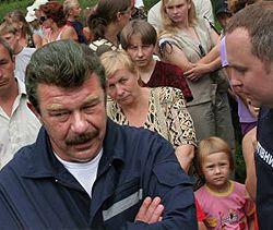 Александр Кузьмук и Нестор Шуфрич отправляют на оздоровление детей из зоны поражения. Село Топорив Львовской области, 23 июля