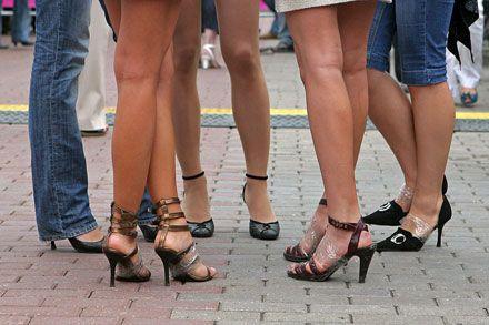 """28 июля 2007 г. в пяти городах России прошел """"Забег на шпильках"""". По условиям соревнования участницы должны пробежать сто метров в туфлях на каблуках не ниже 9 сантиметров."""