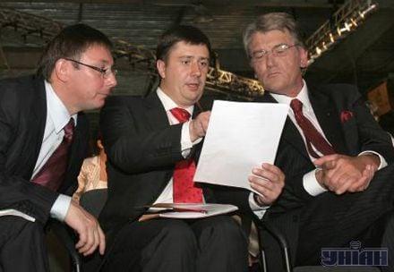 Кириленко щось доводив Ющенку з паперами в руках. Луценко скептично слухав