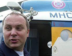 Нестор Шуфрич піднімається на борт гелікоптера, щоб оглянути стан справ у населених пунктах, які постраждали від урагану на Волині. 9 серпня
