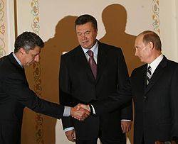 Министр топлива и энергетики Украины Юрий Бойко здоровается с Владимиром Путиным. Москва, 9 октября