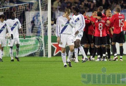 Игроки МЮ радуются забитому мячу в ворота Динамо