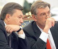 Виктор Ющенко и Виктор Янукович разговаривают во время заседания Координационного совета по проведению Евро -2012. Киев, 24 октября