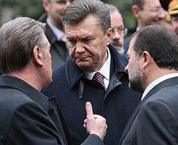 Виктор Ющенко, Виктор Янукович и Виктор Балога общаются после церемонии возложения цветов к могиле Неизвестного солдата. Киев, 27 октября
