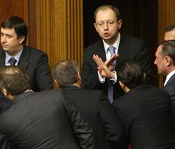 Арсений Яценюк разговаривает с депутатами в сессионном зале ВР. Киев, 9 апреля