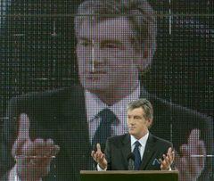Виктор Ющенко выступает во время открытия автомобильного завода корпорации «Богдан». Черкассы, 20 июня