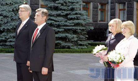 Президент Украины Виктор Ющенко с женой Екатериной и Президент Латвии Валдис Затлерс с женой Лилитой во время встречи в Киеве, 25 июня 2008 г.