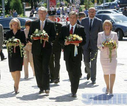 Виктор Ющенко с женой Екатериной и Валдис Затлерс с женой Лилитой возлагают цветы к Памятному знаку жертвам Голодомора в Украине 1932-1933 гг.