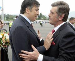 Віктор Ющенко і  Михайло Саакашвілі вітаються  в аеропорту Батумі. 1 липня