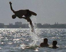 Молоді люди купаються в морі. Євпаторія (Крим)