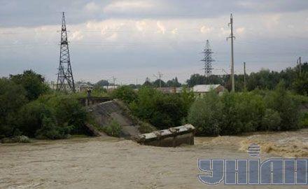 Разрушенный в результате наводнения мост. Село Миртюки (Стрыйский р-н, Львовская обл.)