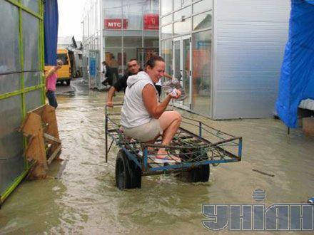 С затопленного в результате наводнения базара в Черновцах продавцы спасались своими силами