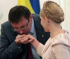 Юрий Луценко целует руку Юлии Тимошенко перед началом заседания Совета национальной безопасности и обороны. Киев, 19 августа