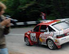 """Фотограф знімає одного з учасників """"Prime Yalta Rally-2008"""" під час перегонів у Ялті. 12 вересня"""