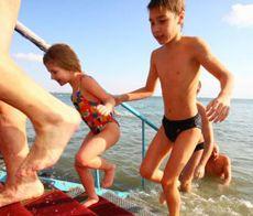 Діти виходять з моря під час проведення зльоту моржів, організованого напередодні свята Водохреща. Євпаторія, 18 січня