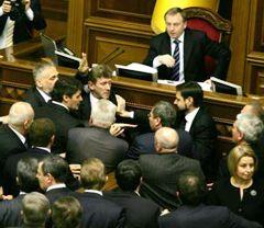 Бійка між депутатами від Партії регіонів і БЮТ під час засідання ВР. Київ, 5 лютого