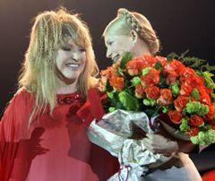 Алла Пугачева и Юлия Тимошенко во время юбилейного концерта по случаю 60-летия певицы. Киев, 22 апреля