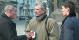 У центрі – віце-консул Ігор Цвєтков дає вказівки