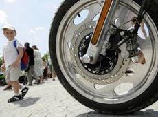Мальчик рассматривает мотоцикл на площади Нахимова в Севастополе. 11 июля
