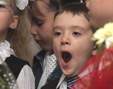 Школьник во время праздничной линейки по случаю начала нового учебного года - Дня знаний на территории одной из школ в Симферополе. 1 сентября