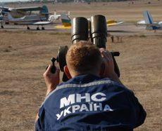 Сотрудник МЧС Украины наблюдает за полетами во время 52-го Чемпионата Украины по самолетному спорту. Севастополь, 16 сентября