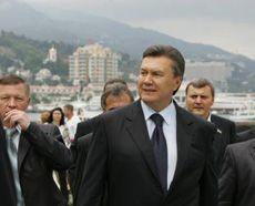 Виктор Янукович во время прогулки по набережной в Ялте. 26 сентября