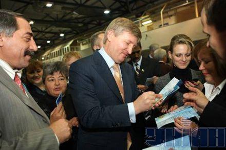 Цікаво, висували Януковича, а автографи роздавав Ахметов… До чого б це?