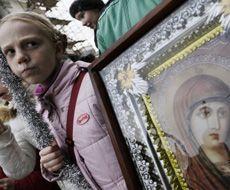Девочка стоит возле иконы во время крестного хода в Севастополе. 10 января