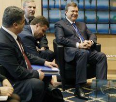 Порошенко, Льовочкін і Янукович під час візиту до Брюсселя