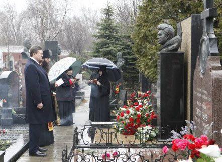 Президент Украины Виктор Янукович у могилы летчика-космонавта Георгия Берегового