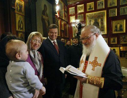 Виктор Янукович на крестинах внука своего школьного товарища