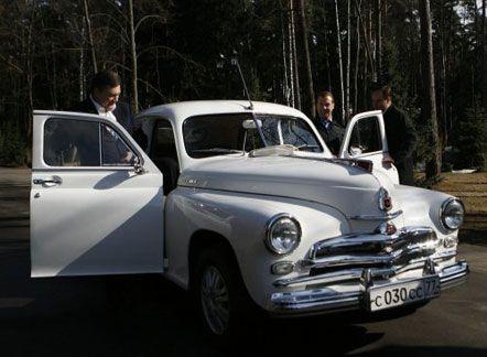 Президенты Украины и России садятся в автомобиль «Победа»