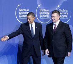 Барак Обама и Виктор Янукович перед началом саммита по ядерной безопасности в Вашингтоне. 12 апреля