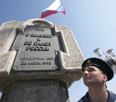 Моряк Черноморского флота РФ на Приморском бульваре в Севастополе