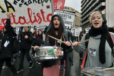 Радикальных демонстрантов разгоняли водометами и шумовыми гранатами