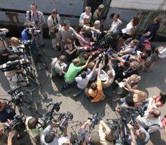 Журналисты берут интервью у военнослужащего во время проведения учений «Си бриз - 2010»