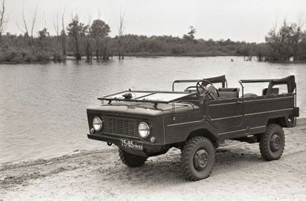 Военный ЗАЗ-967 с местом в кузове для лежачего раненого. В модификации с лебедкой мог подтягивать специальные носилки с раненными с переднего края, август 1964 г.