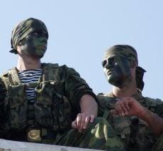 Морпехи стоят на набережной во время празднования дня Военно-морского флота России в Севастополе 25 июля