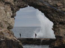 Туристы фотографируются возле моря в Крыму