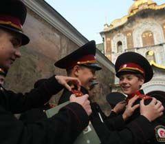 Кадети розглядають погони один у одного після посвяти біля Києво-Печерської Лаври, Київ, 8 листопада
