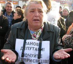 Женщина во время акции протеста против принятия Налогового кодекса. Черновцы, 16 ноября