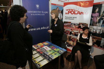Співробітниці Іноземного відділу Сілезького університету Йоанна Лясковська (в центрі) і Евеліна Долюк (праворуч)