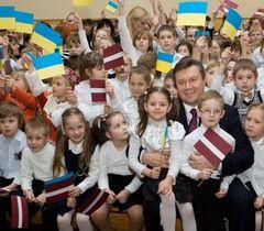 Президент України Віктор Янукович з учнями в українській середній школі в Ризі (Латвія)