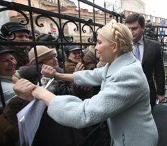 Юлія Тимошенко потискує руки своїм прихильникам біля будівлі ГПУ. Київ, 13 січня