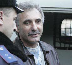 Анатолий Гриценко с сотрудником милиции возле здания суда. Симферополь, 27 января