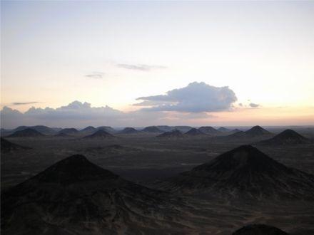 Чорна пустеля з вершини гори. 5 хвилин після заходу Сонця...
