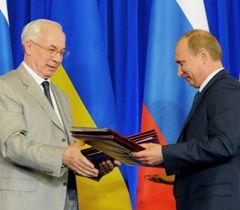 Николай Азаров и Владимир Путин обмениваются Программой экономического сотрудничества