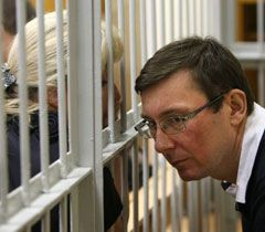 Lutsenko speaking to his wife in the session hall of the Pechersk Court. Kyiv, June 20
