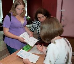 Абітурієнти подають документи в приймальній комісії одного з вищих навчальних закладів у Запоріжжі